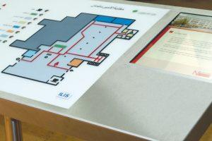 Übersichtsplan mit Sprachausgabe und Monitor im Metallpult