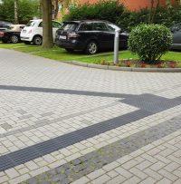 Leitsystem mit Abzweigefeld schwarz auf einem Parkplatz