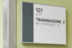 Individualisiertes Schild ILIS quality line mit taktiler Schrift