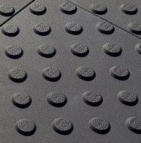 Schwarze, rutschfeste Noppenplatte aus Polyurethan